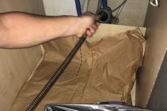 Papirsæk lægges ud i skabet, for at minimere snavs