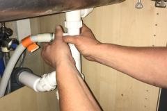 Vandlås under køkkenvask afmonteres